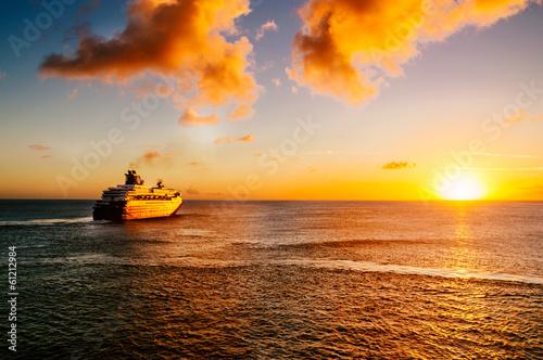 Leinwandbild Motiv Passagierschiff im Sonnenuntergang
