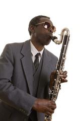 Afroamerikanischer Jazzmusiker mit Bassklarinette