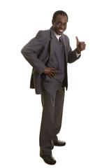 Afroamerikanischer Senior im grauen Anzug hält Daumen hoch