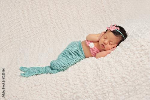 Sleeping Newborn Baby Girl dans un costume de sirène Poster