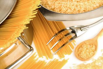 Spaghetti und Reis roh