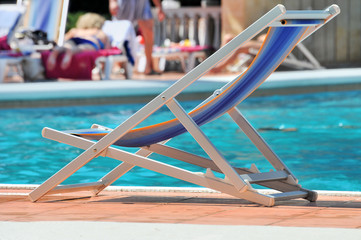 Плавательный бассейн и кресла