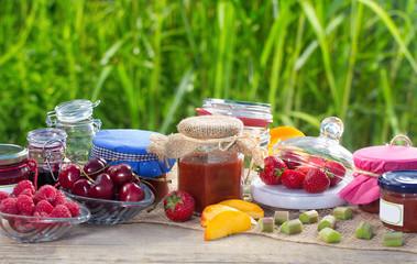 Marmelade und Früchte auf dem Gartentisch