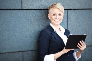 Attraktive Geschäftsfrau mit tablet