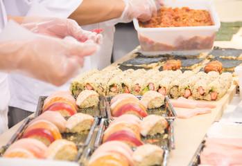 お寿司を握る