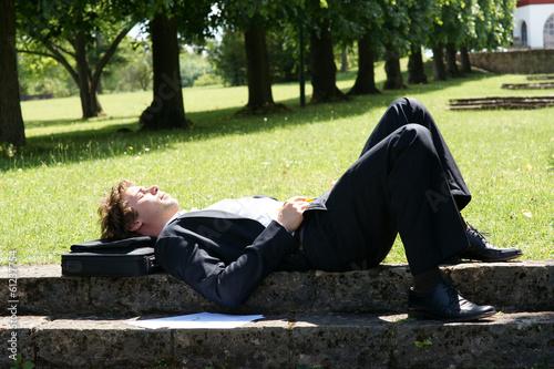 canvas print picture Geschäftsmann entspannt in der Mittagspause