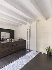 cucina moderna in mansarda con porta di vetro