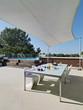 terrazzo con tavolo da pranzo apparecchiato