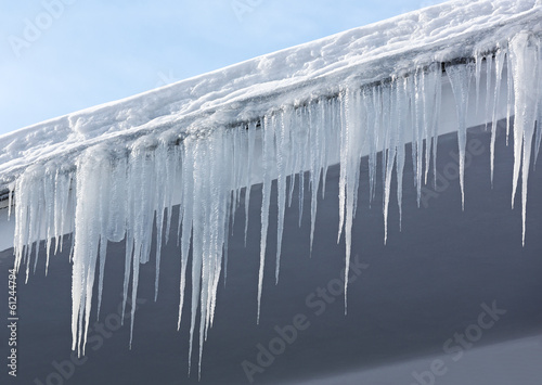 Icicles and snow - 61244794