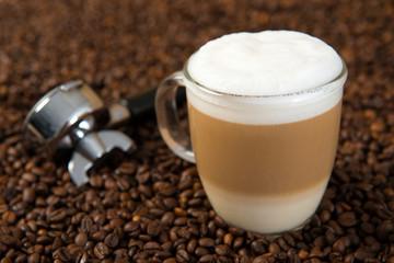 Latte Macchiato auf Kaffeebohnen