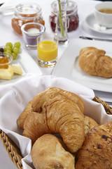 Gedeckter Frühstückstisch - Brötchen und Croissants