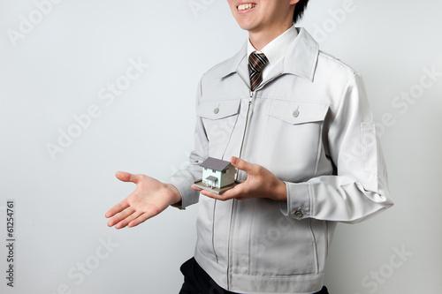 住宅を販売する作業着の男性