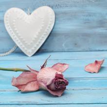 Belle rose et le coeur sur fond bleu romantique