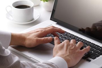 パソコンを使う手