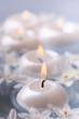 Постер, плакат: candele galleggianti con fiori narcisi bianchi