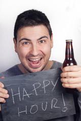 hombre con cartel de hora feliz