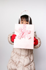 プレゼントを差し出す女の子