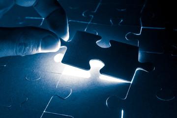 Puzzleteil wird angehoben