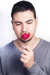 hombre con rosa