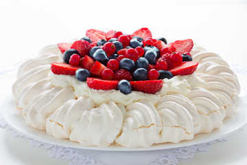 """Cake """"Pavlova"""" with cream and berries."""