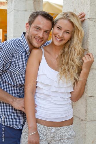 Verliebtes junges Paar im Urlaub auf Reisen