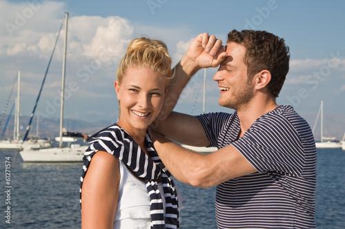 Junges Paar - Mann und Frau beim Segeln im Sommer Urlaub
