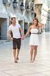 Junges glückliches Paar im Urlaub - Stadtbummel
