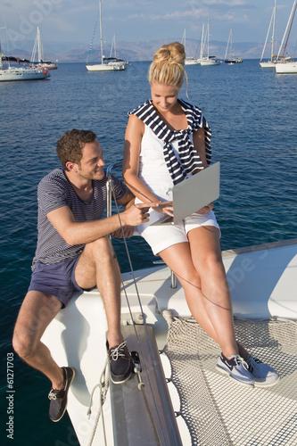 Kommunikation auf einer Segelyacht: Mann und Frau unterwegs
