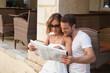 Touristen: junges Paar mit Reiseführer im Urlaub