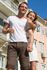 Touristen: junges Paar im Sommer auf Hochzeitsreise
