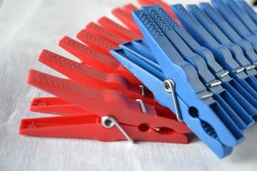 pinces à linge bleues et rouges