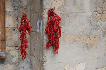 due stringhe di peperoncino rosso al sole per essiccare