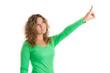 Frau isoliert in Shirt grün zeigt mit dem Finger auf etwas