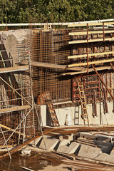 Sanierungsarbeiten am Beton-Fundament einer Schleuse