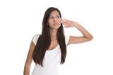 Junge Frau mit langen Haaren hört sich um - isoliert auf Weiß