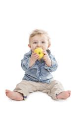 Kleiner Bub beisst in einen Apfel