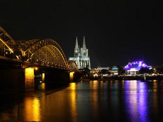 Hohenzollernbrücke Kölner Dom und Oper bei Nacht