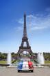 Voiture devant la Tour Eiffel Paris