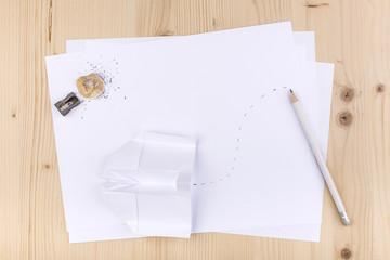 foglio bianco con matita e aeroplano di carta