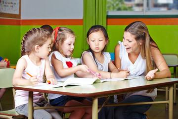 Mädchen malen im Kindergarten