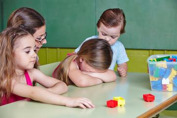 Trauriges Kind weint im Kindergarten
