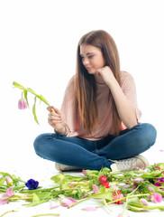 Trauriges Mädchen mit Blumen