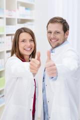 team in der apotheke zeigt daumen hoch