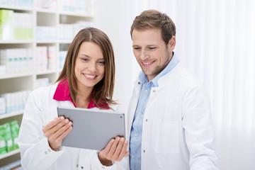 apotheker schauen auf tablet-pc