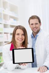 apotheker zeigen etwas am tablet-pc
