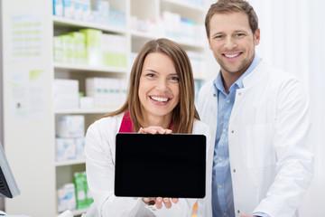 zwei apotheker zeigen etwas am tablet-pc