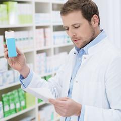 apotheker mit medikament und rezept