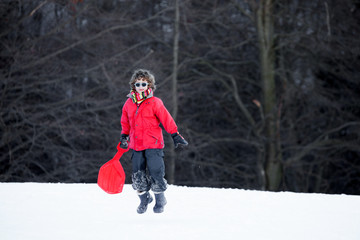 bambino felice sulla neve