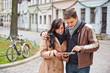 Paar in Stadt mit Tablet Computer
