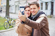 Paar macht Selbstportrait mit Smartphone